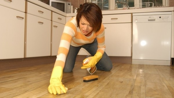 Podlaha a čistota v kuchyni obrázok